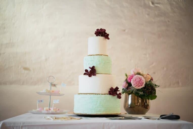 Hochzeitsinspiration: Märchenhochzeit im Schloss (Styled Shooting, Schoss Hofstetten), Hochzeitstorte mit Rüschen | marygoesround.de