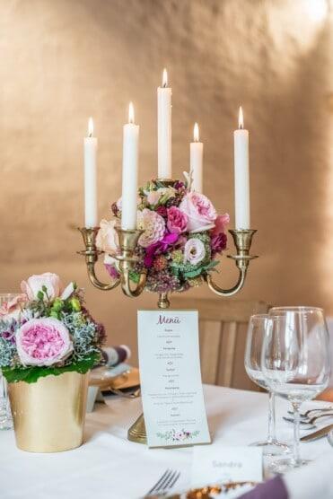 Hochzeitsinspiration: Märchenhochzeit im Schloss (Styled Shooting, Schoss Hofstetten), Tischdeko - Kronleuchter mit Menükarte | marygoesround.de