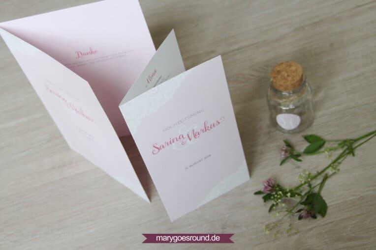 Hochzeitsset mit weißer Spitze, rosa (Kirchenheft, Menükarte) | marygoesround.de