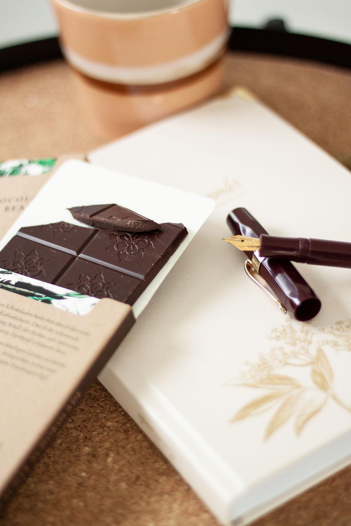 Nachhaltige Schokolade und Tagebuch: Journaling Weihnachtsgeschenk Idee