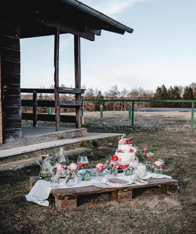 Hochzeitsinspiration Red Velvet, Picknicktisch | marygoesround.de