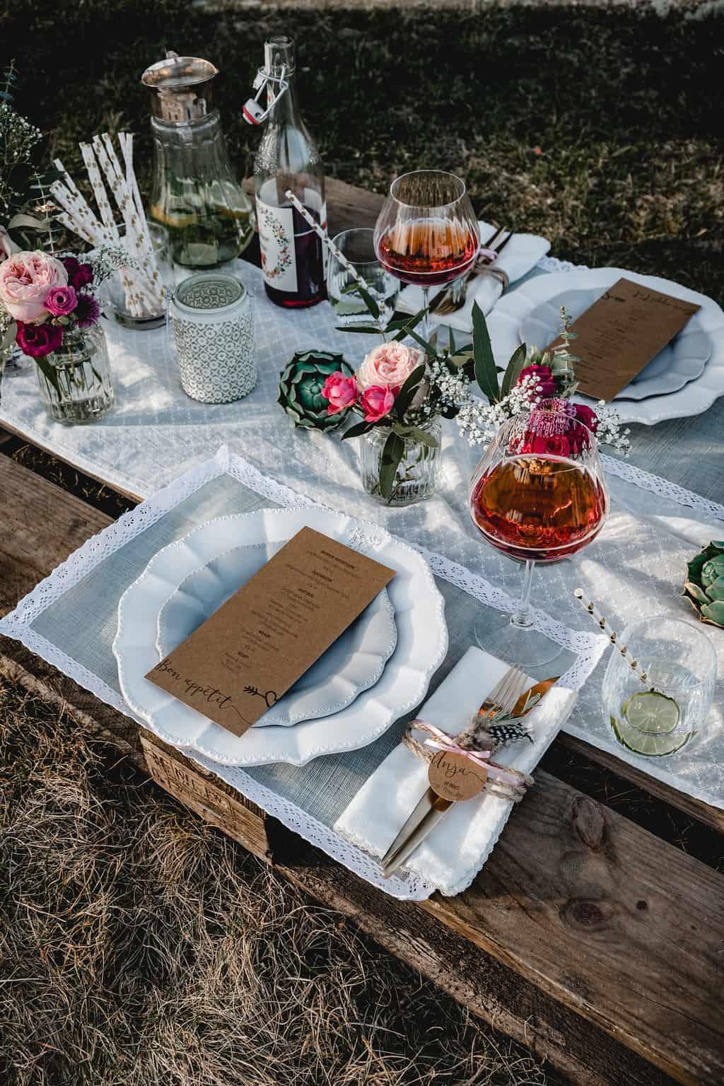 Hochzeitsinspiration Red Velvet, Picknicktisch mit Menükarte | marygoesround.de