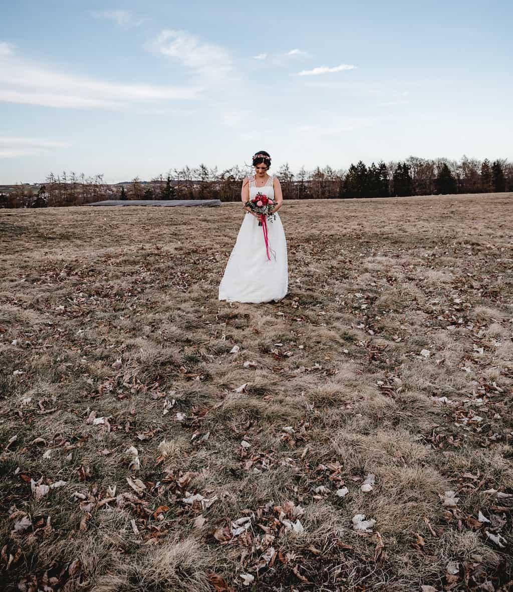 Hochzeitsinspiration Red Velvet, Boho-Braut mit Brautstrauß | marygoesround.de