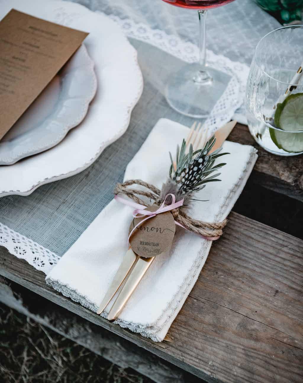 Hochzeitsinspiration Red Velvet, Platzkärtchen / Gastgeschenkanhänger auf Kraftpapier | marygoesround.de