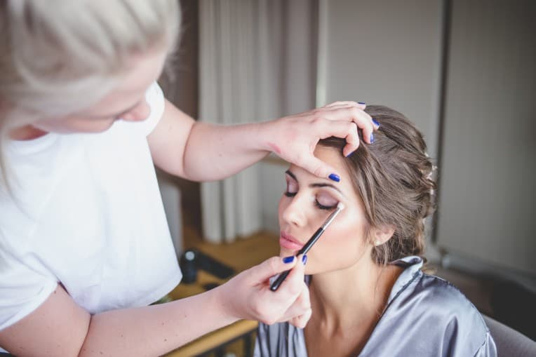 Hochzeitsinspiration: Elegant Olive (Getting Ready, Braut-Makeup) | marygoesround.de
