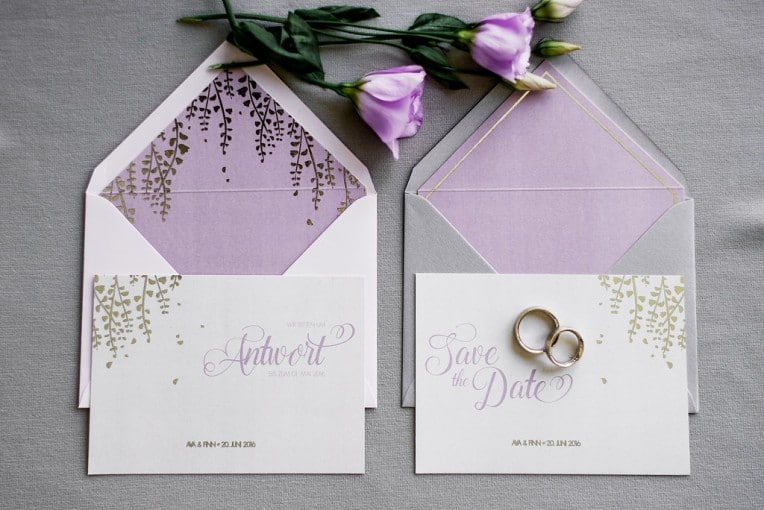 Hochzeitsinspiration: Grau küsst Lila (Zürichsee), Save-the-Date und Antwortkarte | marygoesround.de