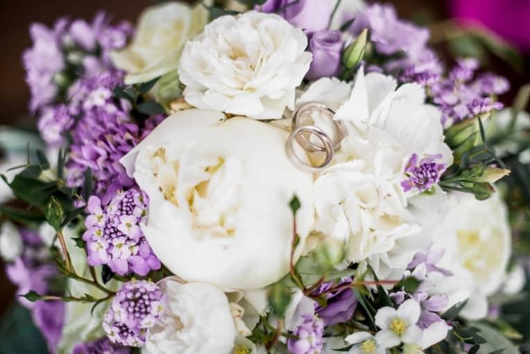 Hochzeitsinspiration: Grau küsst Lila (Zürichsee), Brautstrauß und Eheringe | marygoesround.de