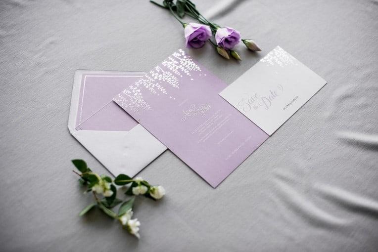 Hochzeitsinspiration: Grau küsst Lila (Zürichsee), Hochzeitseinladung | marygoesround.de
