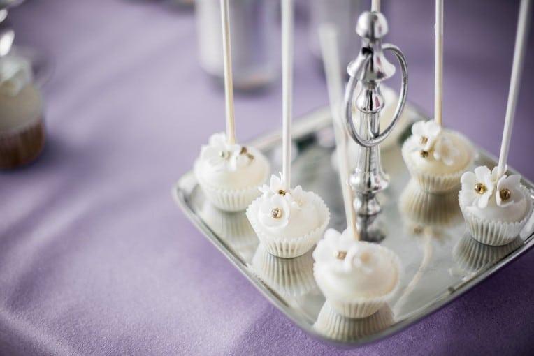 Hochzeitsinspiration: Grau küsst Lila (Zürichsee), Cake Pops | marygoesround.de
