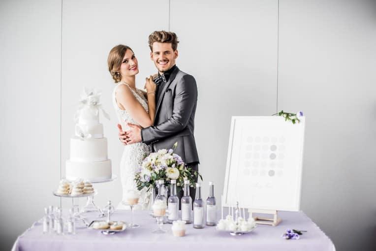 Hochzeitsinspiration: Grau küsst Lila (Zürichsee), Brautpaar und Candy Bar | marygoesround.de