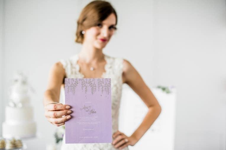 Hochzeitsinspiration: Grau küsst Lila (Zürichsee), Braut mit Hochzeitseinladung | marygoesround.de