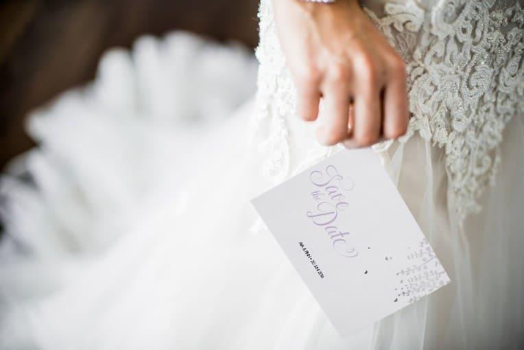 Hochzeitsinspiration: Grau küsst Lila (Zürichsee), Braut mit Save-the-Date-Karte | marygoesround.de