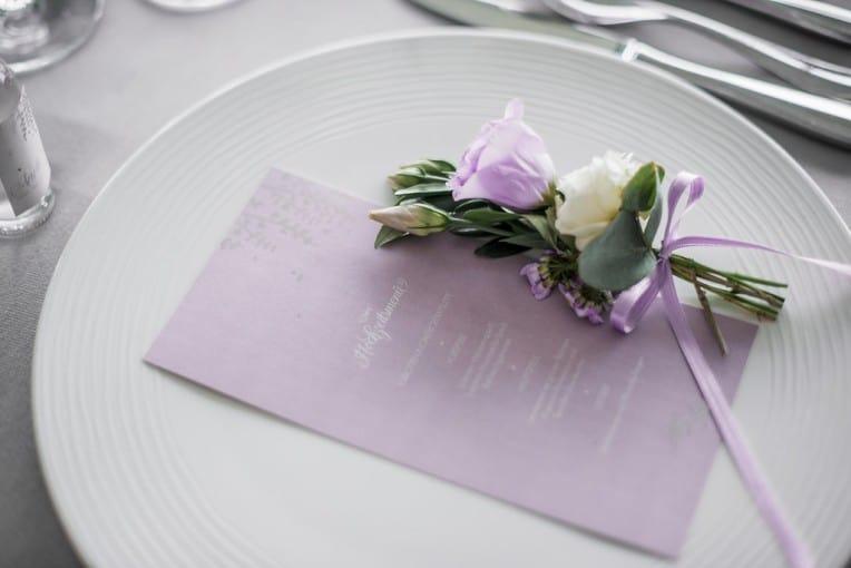 Hochzeitsinspiration: Grau küsst Lila (Zürichsee), Menükarte | marygoesround.de