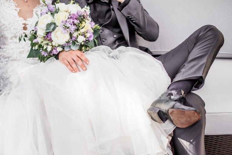 Hochzeitsinspiration: Grau küsst Lila (Zürichsee), Brautpaarshooting | marygoesround.de