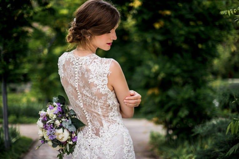 Hochzeitsinspiration: Grau küsst Lila (Zürichsee), Brautkleid mit Tattoospitze | marygoesround.de