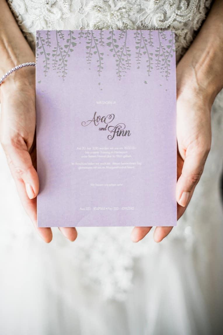 Hochzeitsinspiration: Grau küsst Lila (Zürichsee), Einladungskarte | marygoesround.de