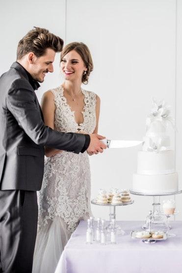 Hochzeitsinspiration: Grau küsst Lila (Zürichsee), Brautpaar schneidet Torte an | marygoesround.de