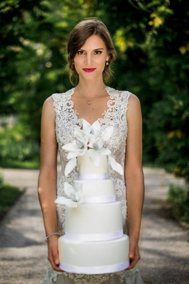 Hochzeitsinspiration: Grau küsst Lila (Zürichsee), Braut mit Hochzeitstorte | marygoesround.de
