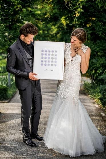 Hochzeitsinspiration: Grau küsst Lila (Zürichsee), Brautpaar mit Wedding Tree | marygoesround.de
