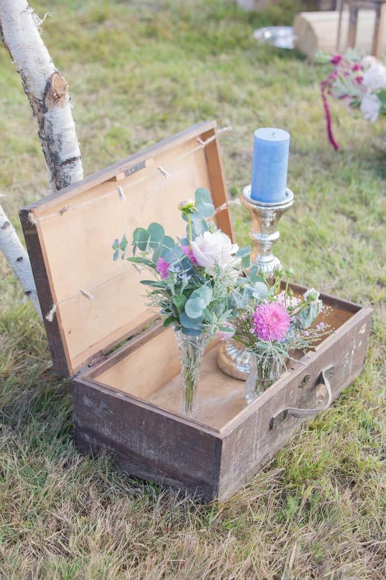Hochzeitsinspiration: Boho-Backyard-Wedding / romantische Gartenhochzeit, Hochzeitsdekoration mit alten Koffern | marygoesround.de
