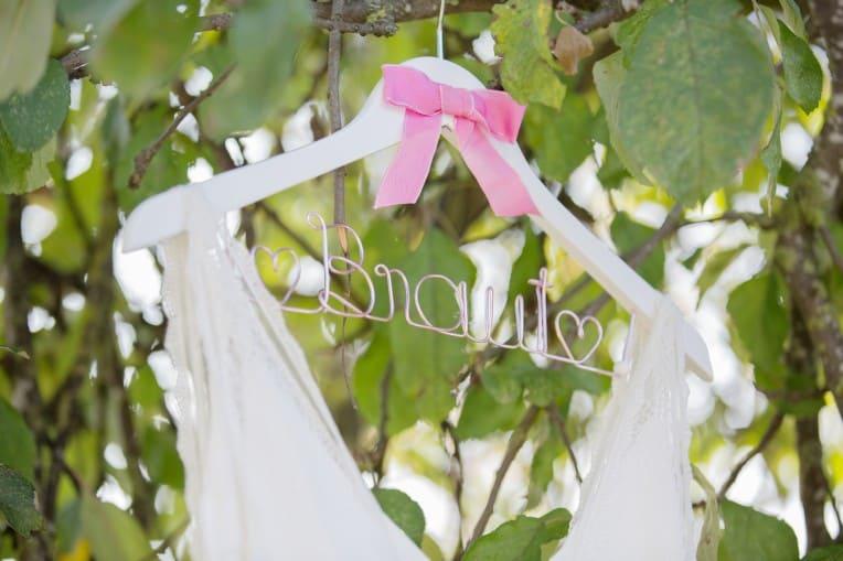 Hochzeitsinspiration: Boho-Backyard-Wedding / romantische Gartenhochzeit, Kleiderbügel Brautkleid | marygoesround.de