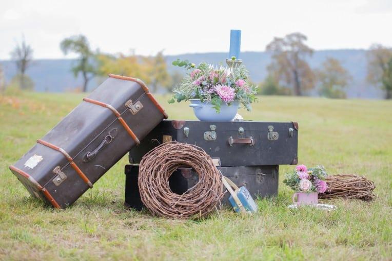 Hochzeitsinspiration: Boho-Backyard-Wedding 7 romantische Gartenhochzeit, Hochzeitsdeko mit alten Koffern | marygoesround.de
