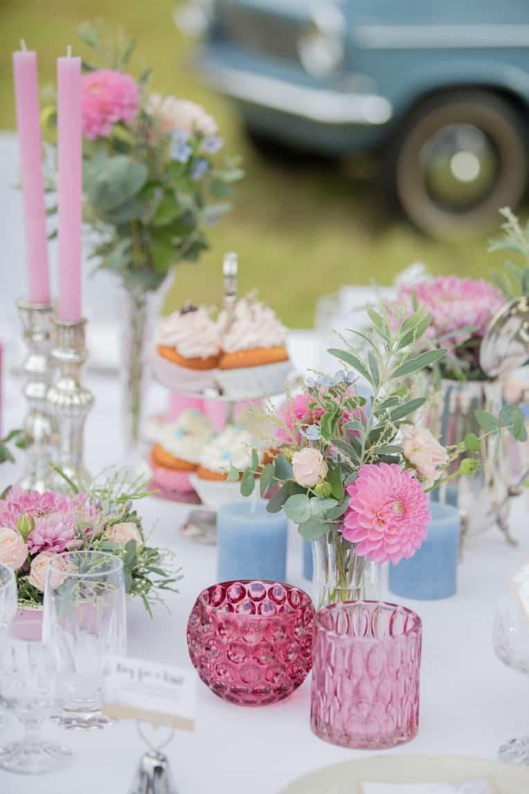 Hochzeitsinspiration: Boho-Backyard-Wedding / romantische Gartenhochzeit, Tischdekoration bei der Hochzeitsfeier | marygoesround.de
