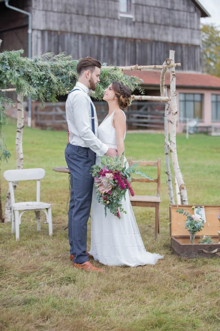 Hochzeitsinspiration: Boho-Backyard-Wedding 7 romantische Gartenhochzeit, Brautpaar vor Traubogen bzw. Backdrop | marygoesround.de