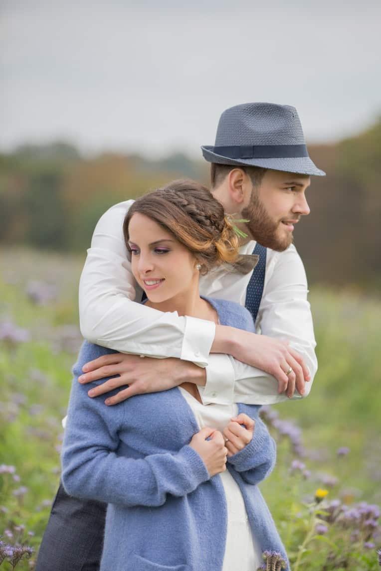 Hochzeitsinspiration: Boho-Backyard-Wedding / romantische Gartenhochzeit, Kleiderbügel Brautpaar | marygoesround.de