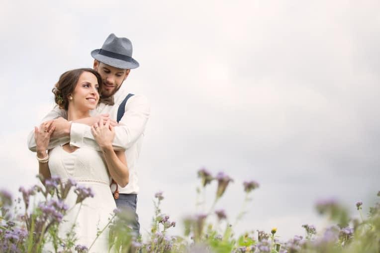 Hochzeitsinspiration: Boho-Backyard-Wedding / romantische Gartenhochzeit, Brautpaar | marygoesround.de