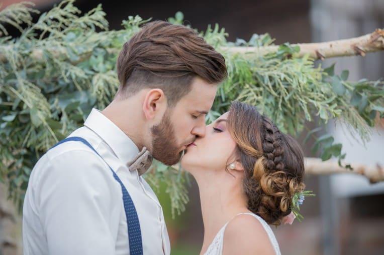 Hochzeitsinspiration: Boho-Backyard-Wedding / romantische Gartenhochzeit, Hochzeitskuss | marygoesround.de