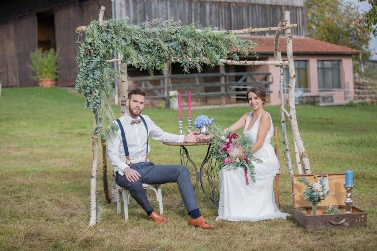 Hochzeitsinspiration: Boho-Backyard-Wedding / romantische Gartenhochzeit, Brautpaar unter Traubogen | marygoesround.de