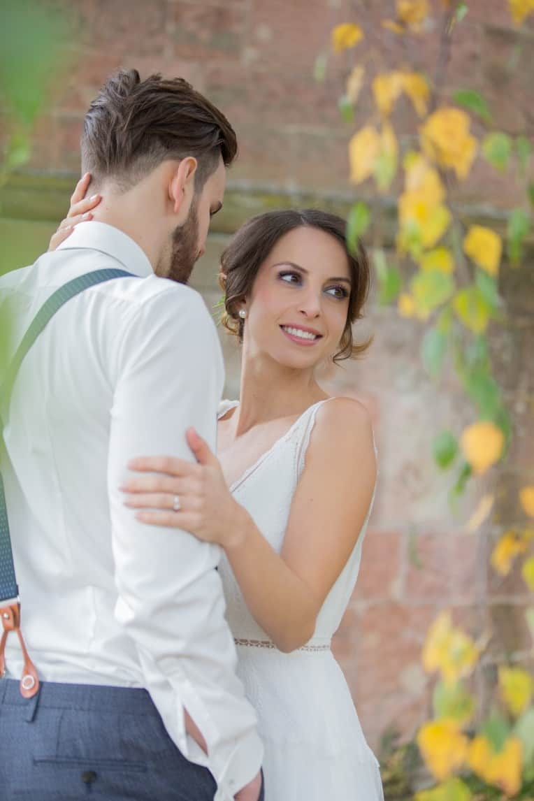 Hochzeitsinspiration: Boho-Backyard-Wedding / romantische Gartenhochzeit, verliebtes Brautpaar | marygoesround.de