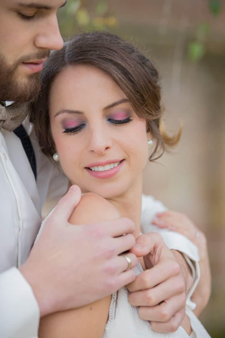 Hochzeitsinspiration: Boho-Backyard-Wedding / romantische Gartenhochzeit, verliebtes Brautpaar, Braut-Makeup | marygoesround.de
