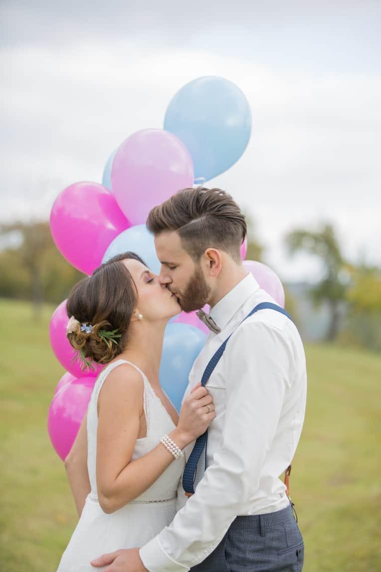 Hochzeitsinspiration: Boho-Backyard-Wedding / romantische Gartenhochzeit, Brautpaar mit Ballons | marygoesround.de