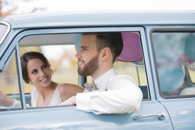 Hochzeitsinspiration: Boho-Backyard-Wedding 7 romantische Gartenhochzeit, Brautpaar im Oldtimer | marygoesround.de