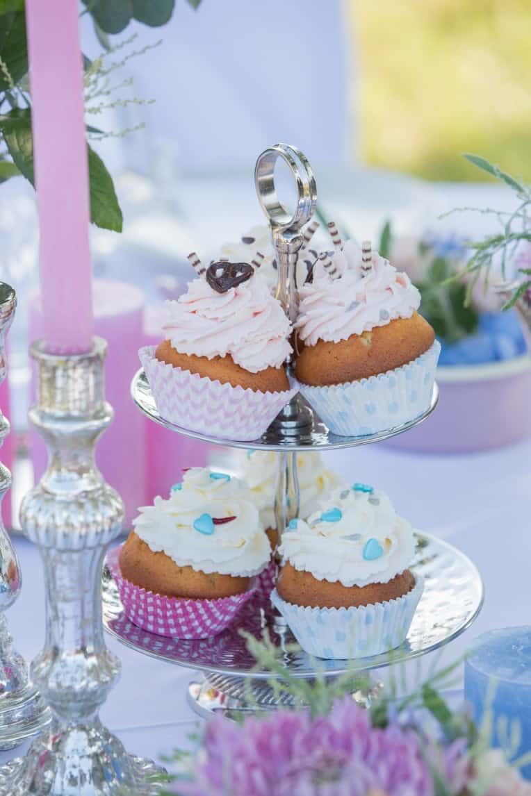 Hochzeitsinspiration: Boho-Backyard-Wedding / romantische Gartenhochzeit, Cupcakes auf Etagere | marygoesround.de