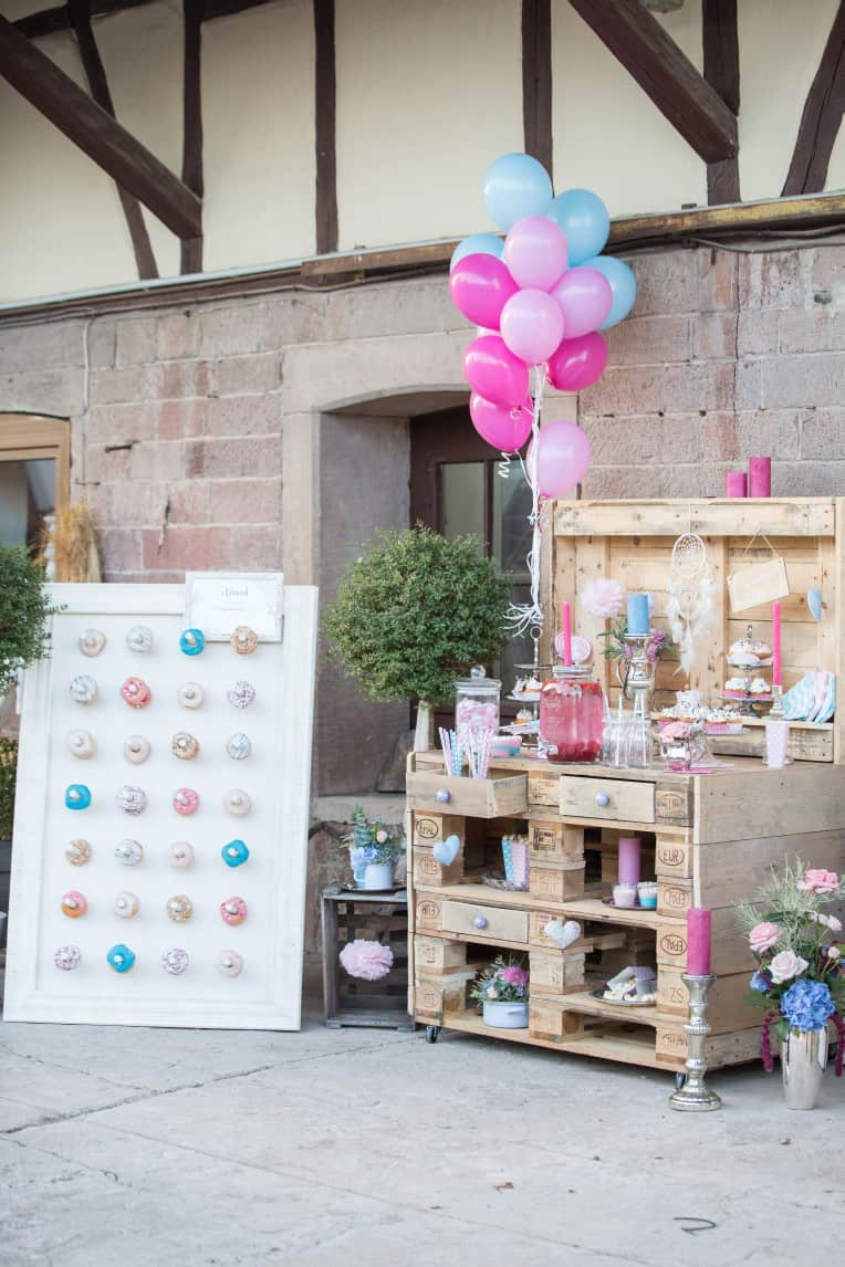 Hochzeitsinspiration: Boho-Backyard-Wedding 7 romantische Gartenhochzeit, Candy Bar mit Donutwall | marygoesround.de