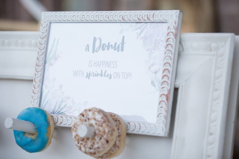 "Hochzeitsinspiration: Boho-Backyard-Wedding / romantische Gartenhochzeit, Schild ""a Donut is happiness with sprinkles on top"" 