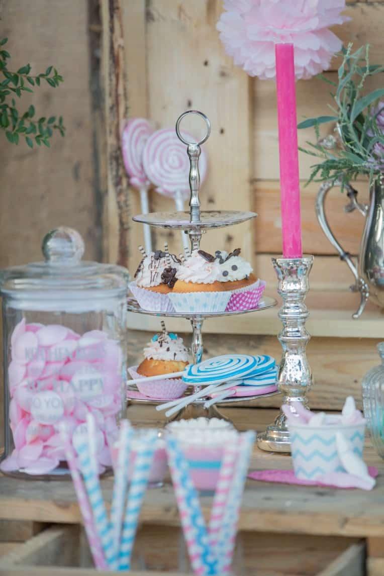 Hochzeitsinspiration: Boho-Backyard-Wedding 7 romantische Gartenhochzeit, Candy Bar mit Cupcakes auf Etagere | marygoesround.de