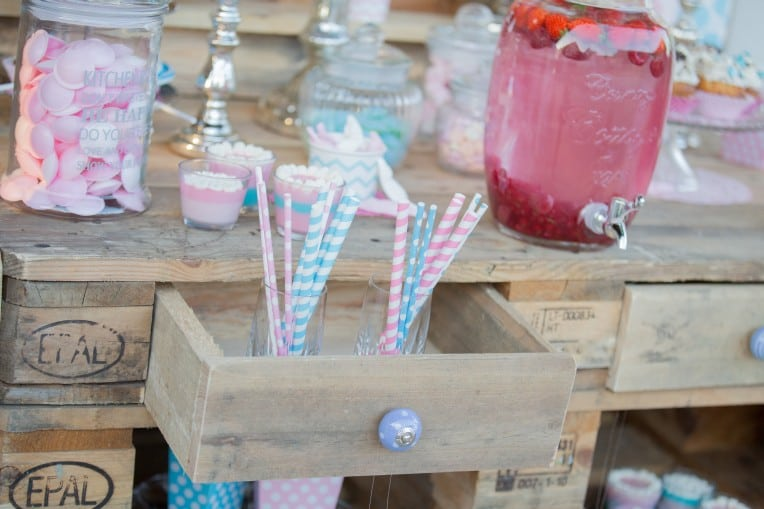 Hochzeitsinspiration: Boho-Backyard-Wedding / romantische Gartenhochzeit, Candy Bar mit Paper Straws | marygoesround.de