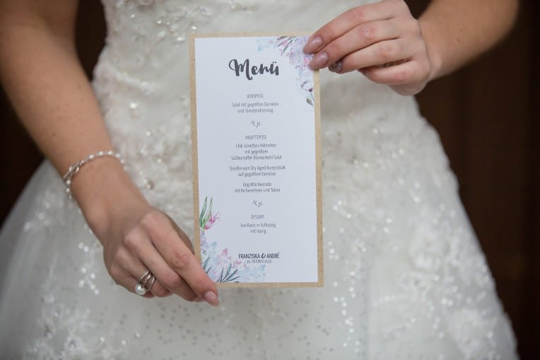 Hochzeitsinspiration: Boho-Backyard-Wedding / romantische Gartenhochzeit, Hochzeitsmenü | marygoesround.de