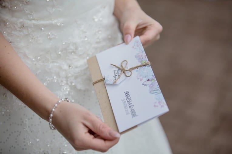 Hochzeitsinspiration: Boho-Backyard-Wedding 7 romantische Gartenhochzeit, Hochzeitseinladung mit Blumen | marygoesround.de