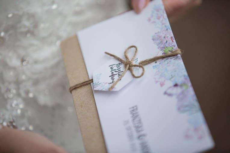 Hochzeitsinspiration: Boho-Backyard-Wedding / romantische Gartenhochzeit, Hochzeitseinladung | marygoesround.de