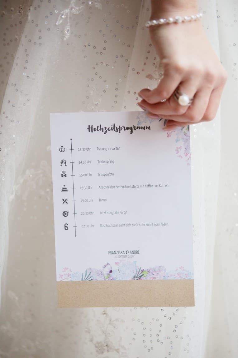 Hochzeitsinspiration: Boho-Backyard-Wedding / romantische Gartenhochzeit, Hochzeitsprogramm / Programmheft | marygoesround.de