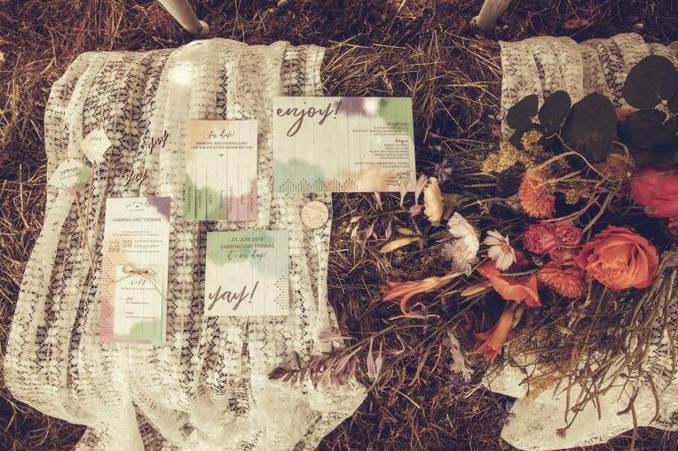 Hochzeitsinspiration: Boho Festival, bunte Hochzeitspapeterie auf Cottonpapier | marygoesround.de