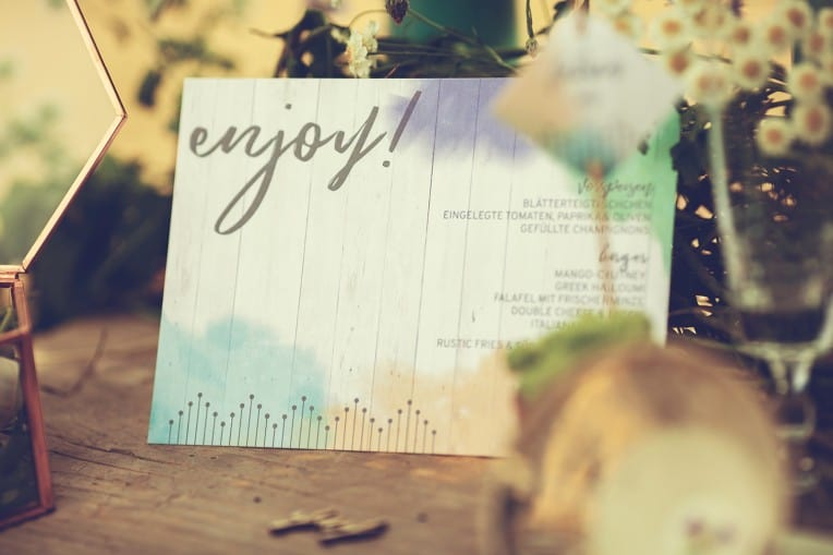 Hochzeitsinspiration: Boho Festival, bunte Hochzeitspapeterie auf Cottonpapier - Menükarte | marygoesround.de
