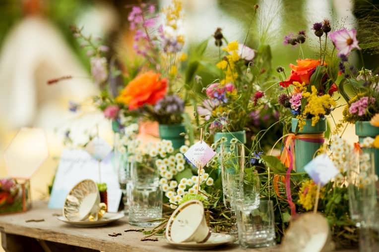 Hochzeitsinspiration: Boho Festival, bunte Hochzeitspapeterie auf Cottonpapier - Tischdeko mit Platzkarte | marygoesround.de