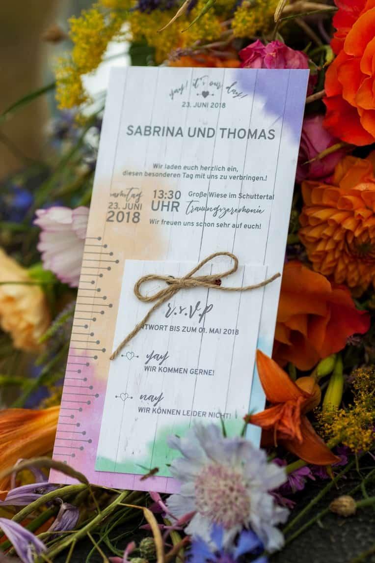 Hochzeitsinspiration: Boho Festival, bunte Hochzeitspapeterie auf Cottonpapier - Hochzeitseinladung mit Antwortkarte | marygoesround.de
