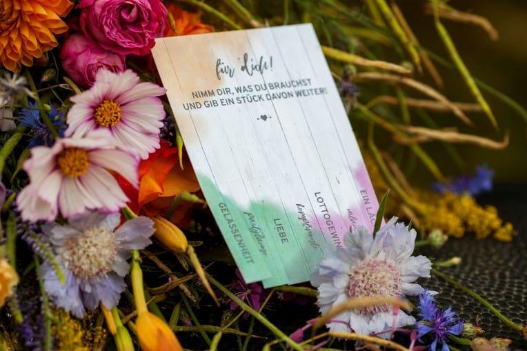 Hochzeitsinspiration: Boho Festival, bunte Hochzeitspapeterie auf Cottonpapier - Tischdeko / Gastgeschenk | marygoesround.de